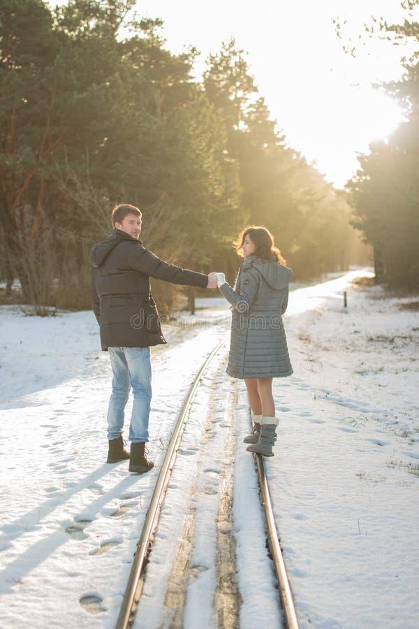 Pares jovenes en caminar del parque del invierno Familia al aire libre Amor fotografía de archivo libre de regalías