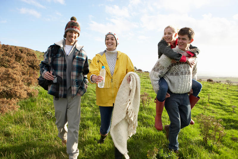 Pares jovenes en caminata del país fotografía de archivo libre de regalías