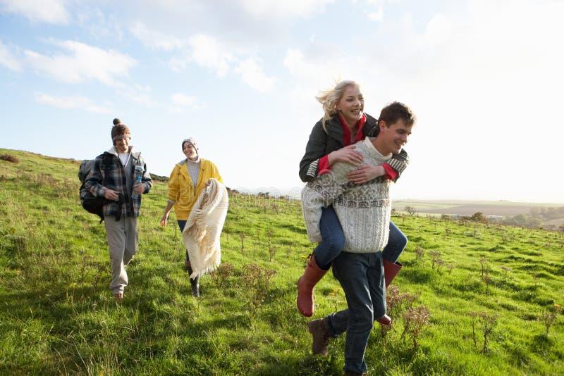 Pares jovenes en caminata del país foto de archivo
