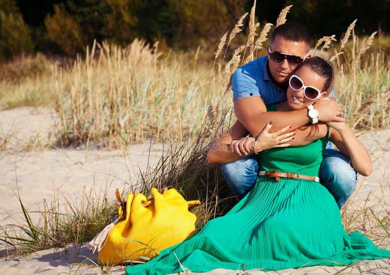 Pares jovenes en el abrazo del amor foto de archivo libre de regalías