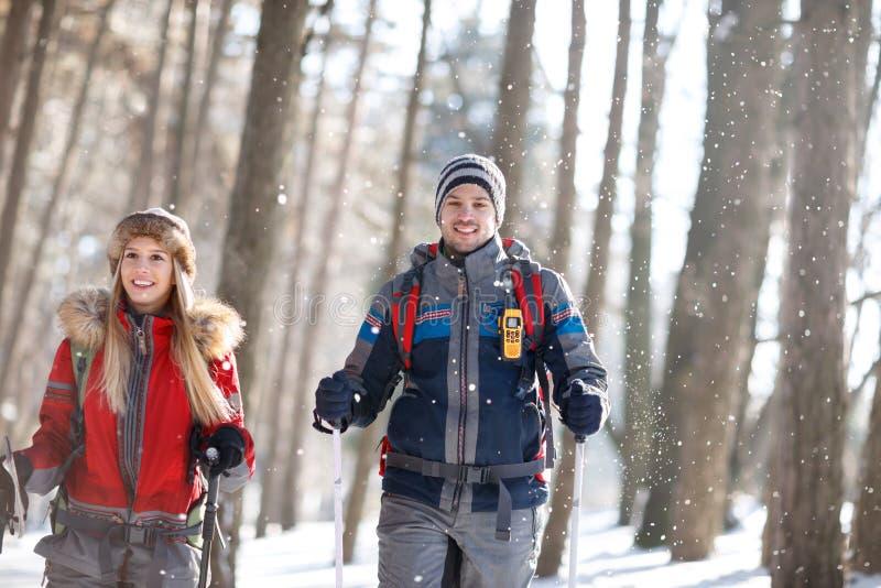Pares jovenes en el amor que camina junto en invierno imagen de archivo