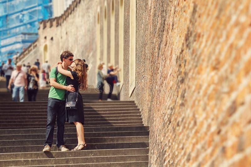 Pares jovenes en el amor que camina en una calle de la ciudad viajero de visita tur?stico de excursi?n Praga, Rep?blica Checa fotos de archivo libres de regalías