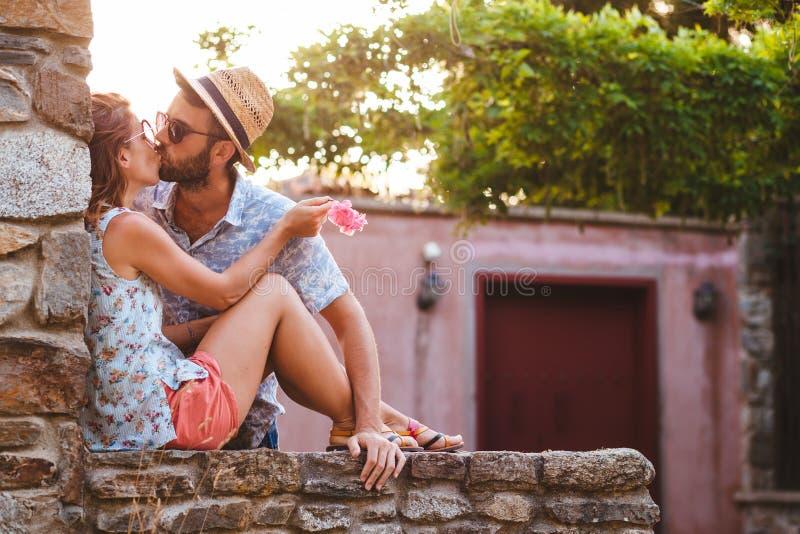 Pares jovenes en el amor que disfruta de puesta del sol del verano fotografía de archivo libre de regalías