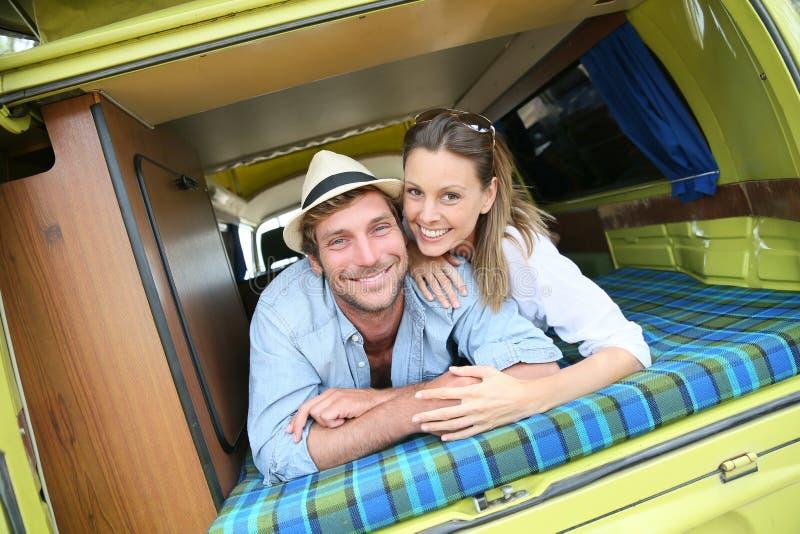 Pares jovenes en el amor que goza en autocaravana imagen de archivo