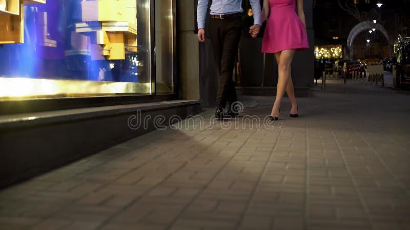 Pares jovenes en el amor que va casero tarde en la noche después de la fecha acertada, paseo foto de archivo libre de regalías