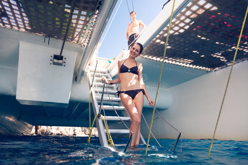 Pares jovenes en el catamarán fotografía de archivo libre de regalías