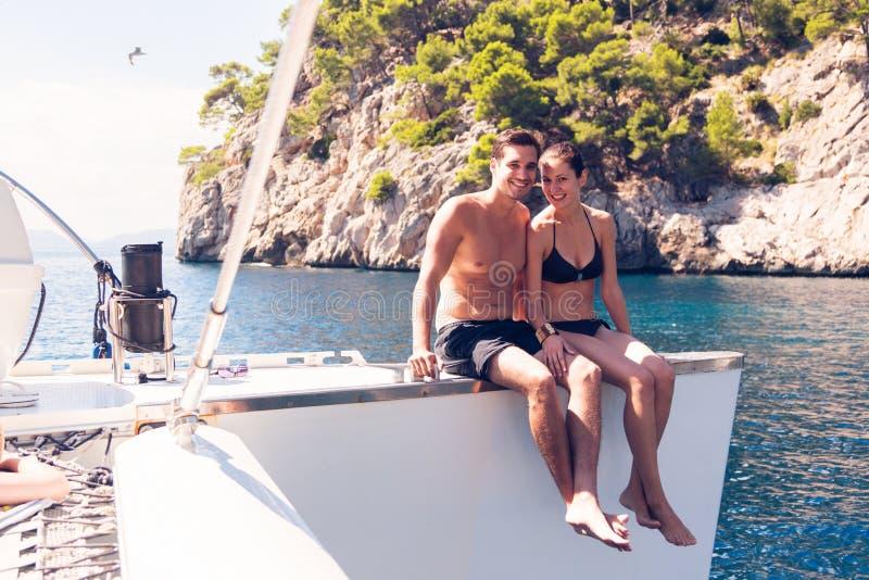Pares jovenes en el catamarán fotografía de archivo