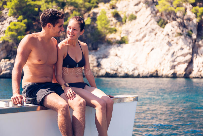 Pares jovenes en el catamarán foto de archivo libre de regalías