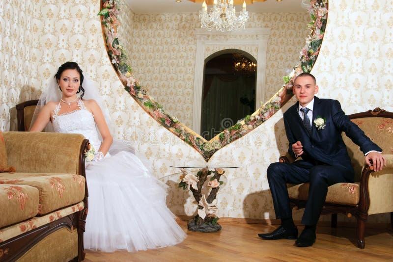 Pares jovenes en el cuarto de la boda fotografía de archivo libre de regalías