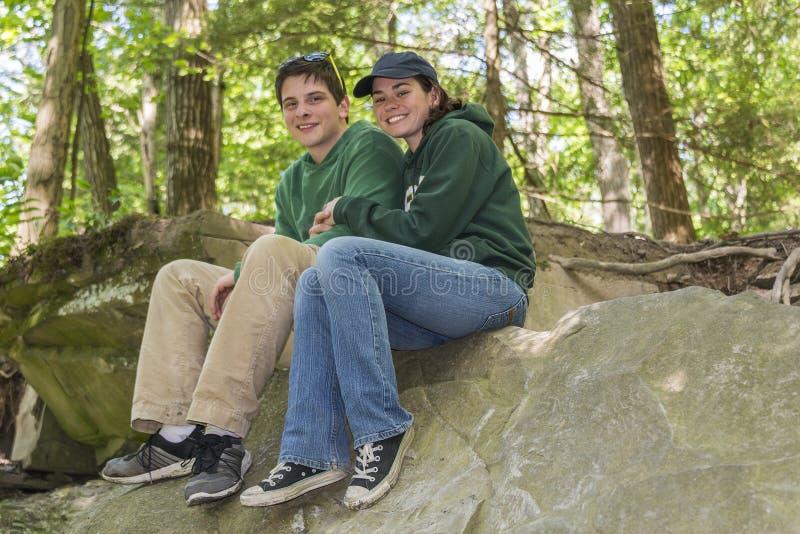 Pares jovenes en el parque fotografía de archivo libre de regalías