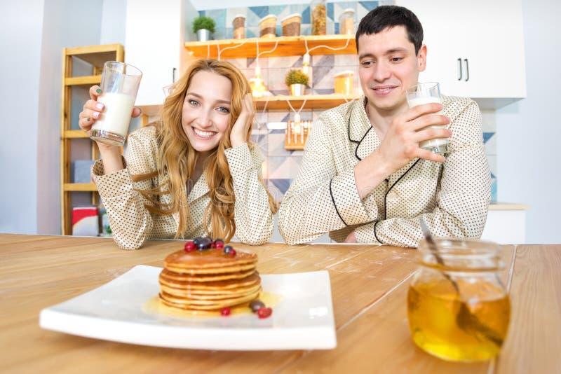 Pares jovenes en la cocina por la mañana fotografía de archivo libre de regalías