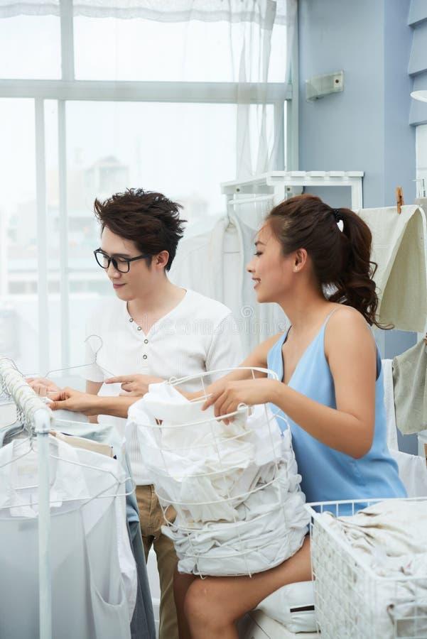Pares jovenes en lavadero fotos de archivo