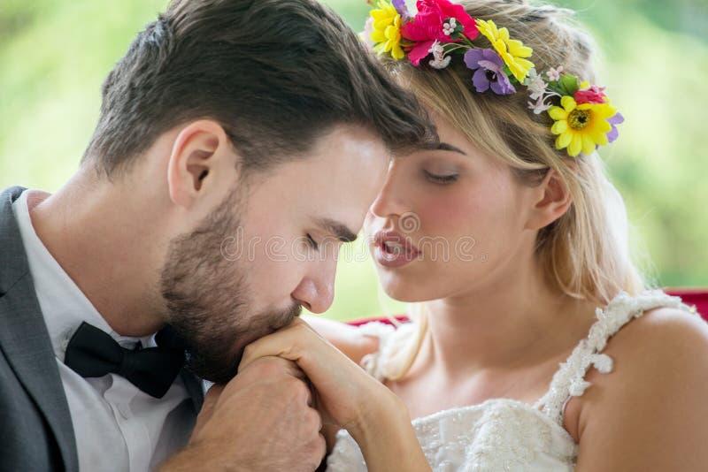 pares jovenes en mano que se besa de novia y del novio de la boda del amor en el parque newlyweds Retrato del primer de un hermos imágenes de archivo libres de regalías