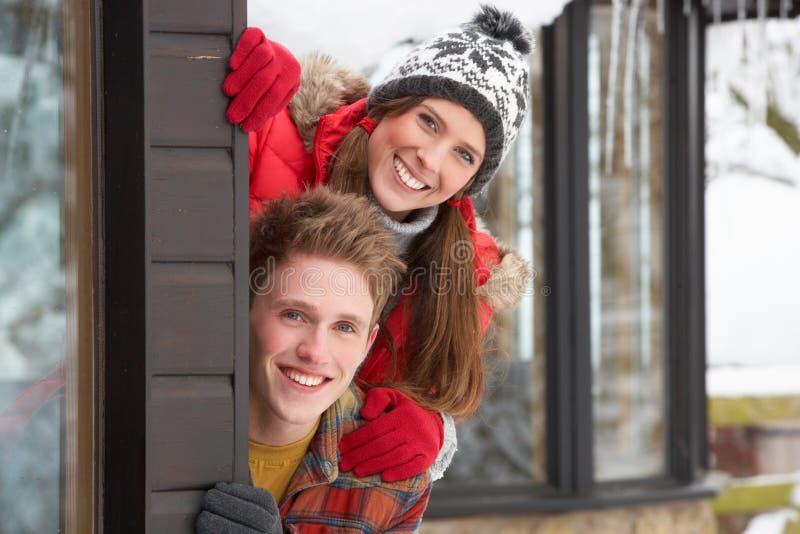 Pares jovenes en nieve foto de archivo libre de regalías