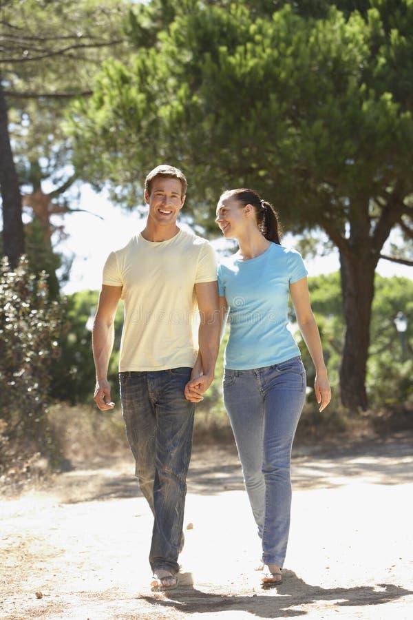 Pares jovenes en paseo romántico en campo foto de archivo libre de regalías