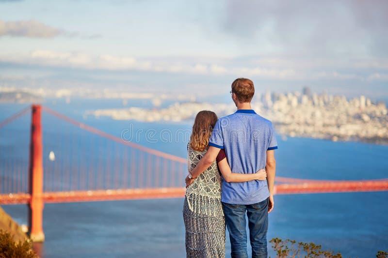 Pares jovenes en San Francisco, California, los E.E.U.U. imágenes de archivo libres de regalías