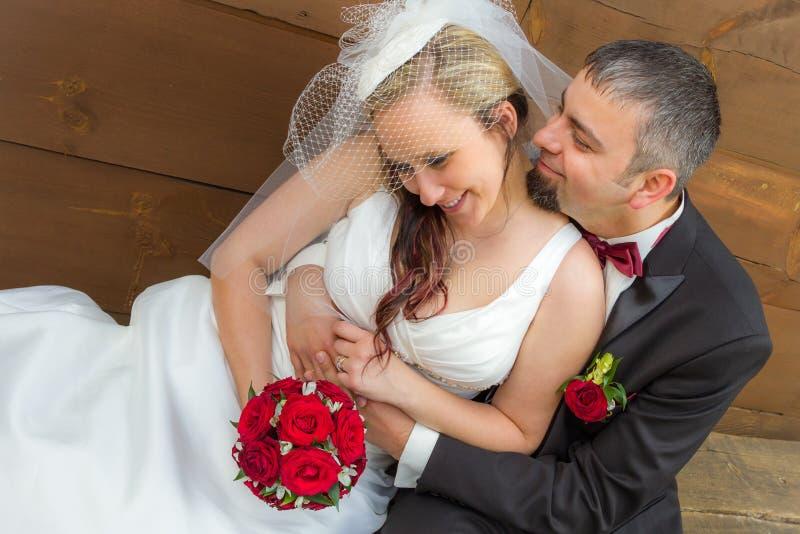 Pares jovenes en un abrazo romántico imagen de archivo