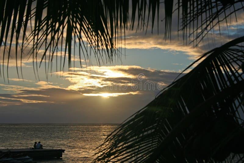 Pares jovenes en un embarcadero en Tahití imagenes de archivo