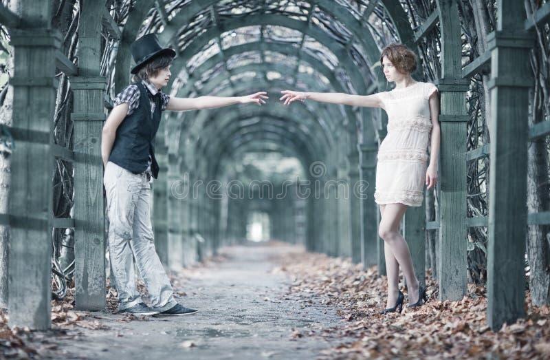 Pares jovenes en un parque que estira las manos. fotografía de archivo libre de regalías