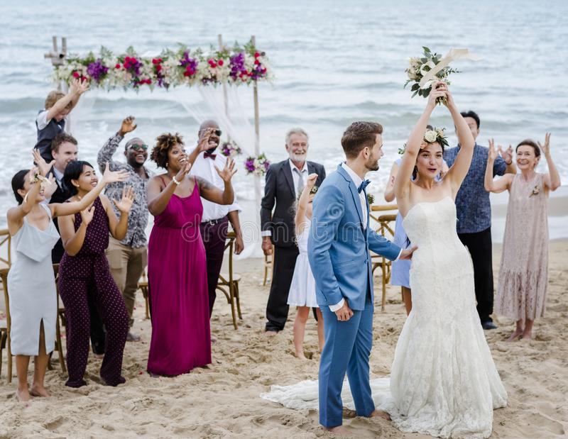 Pares jovenes en una ceremonia de boda en la playa fotos de archivo libres de regalías