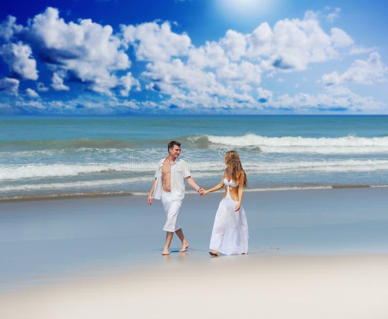 Pares jovenes en una playa fotografía de archivo libre de regalías