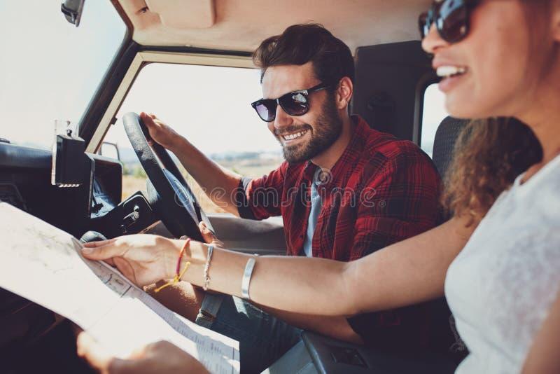 Pares jovenes en viaje por carretera foto de archivo libre de regalías