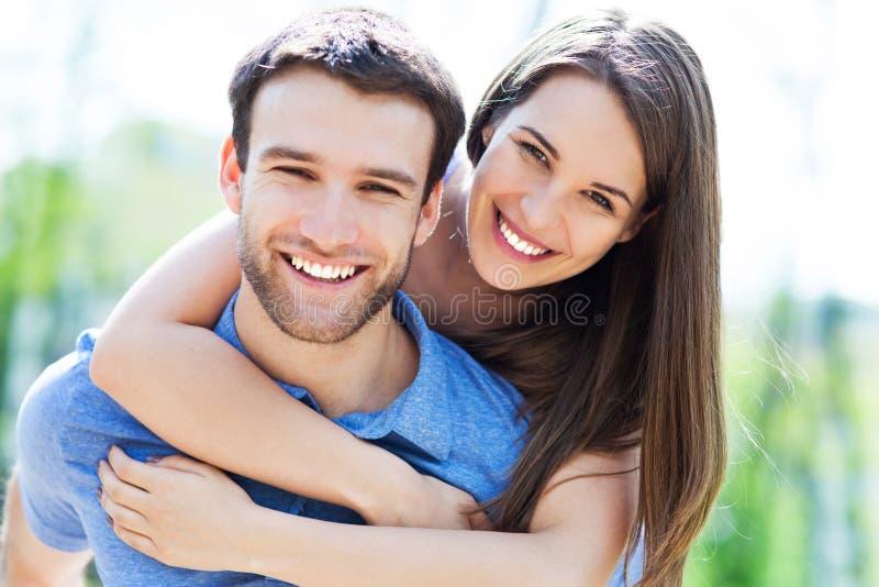 Pares jovenes felices foto de archivo