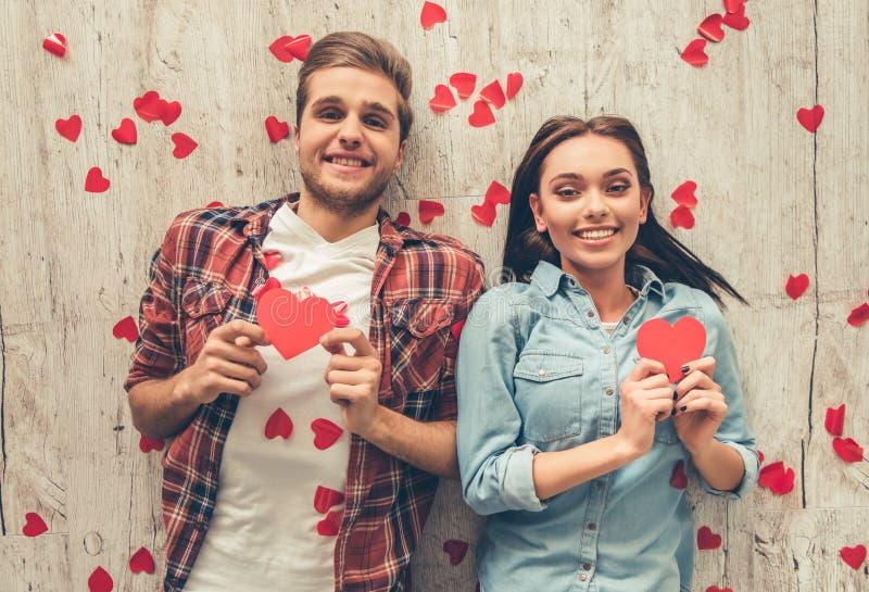 Pares jovenes felices imágenes de archivo libres de regalías