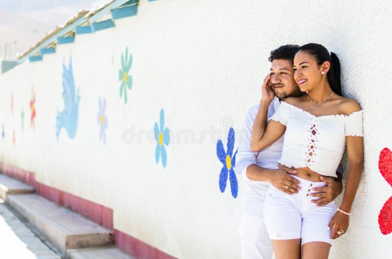 Pares jovenes felices al borde de la iglesia de Antioquia situada en la ciudad con el mismo nombre al norte de Lima imagen de archivo libre de regalías
