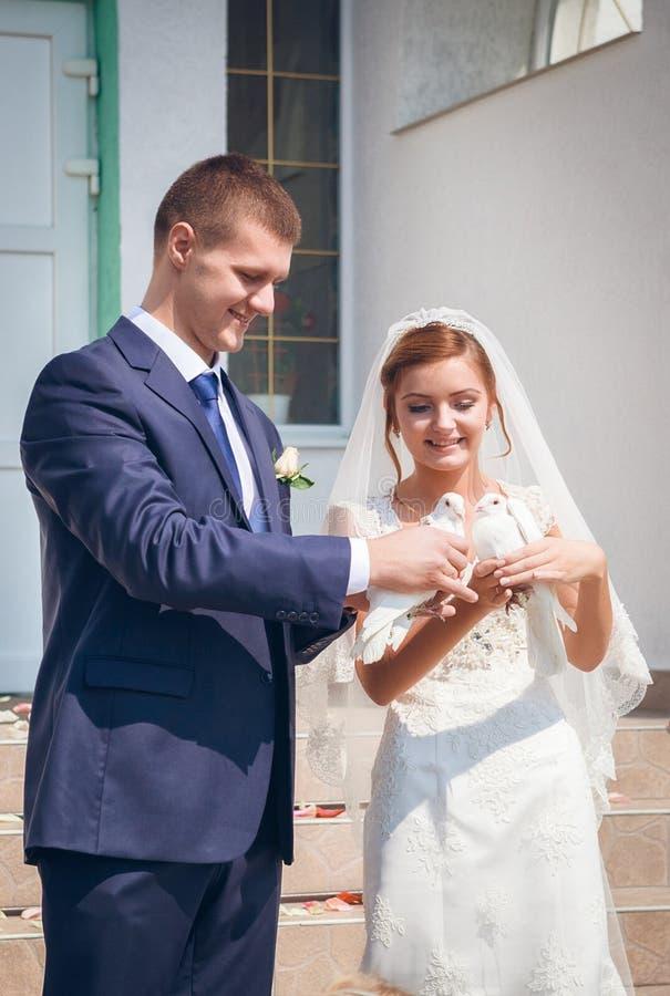 Pares jovenes felices apenas casados imagen de archivo