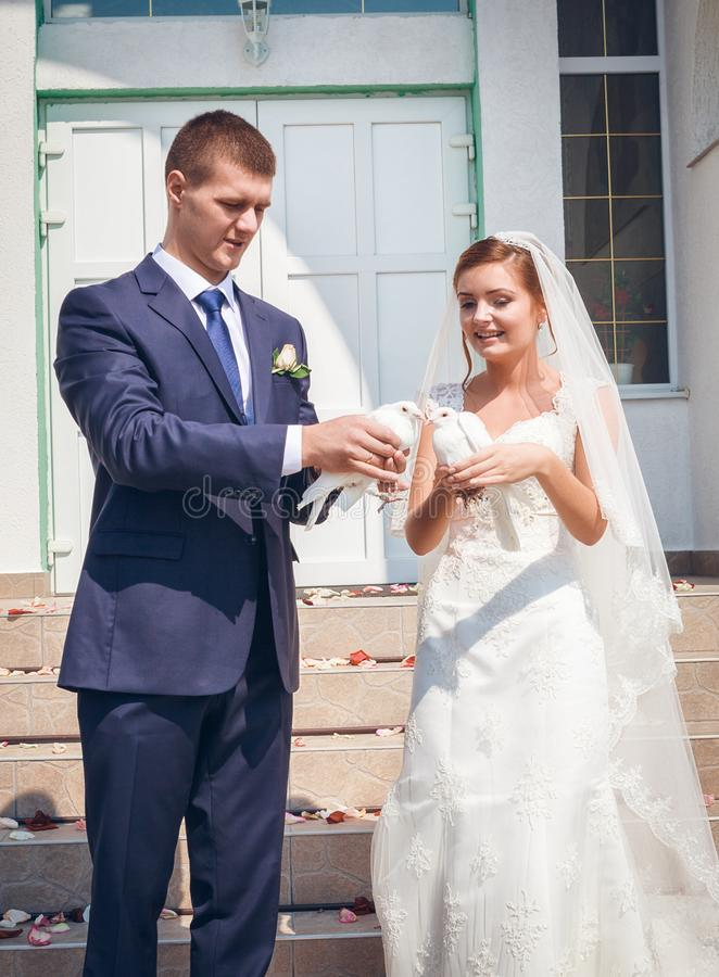 Pares jovenes felices apenas casados fotografía de archivo libre de regalías