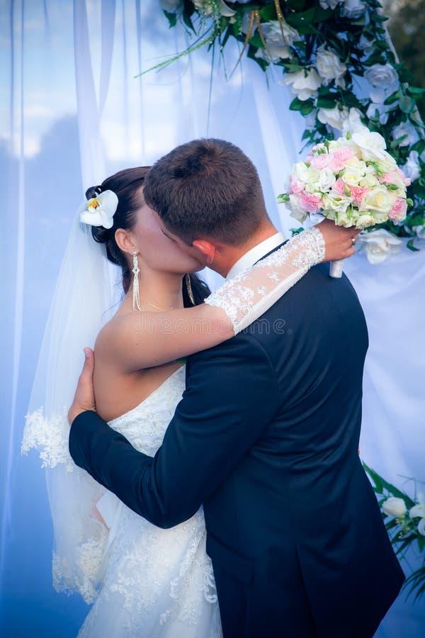 Pares jovenes felices apenas casados foto de archivo libre de regalías