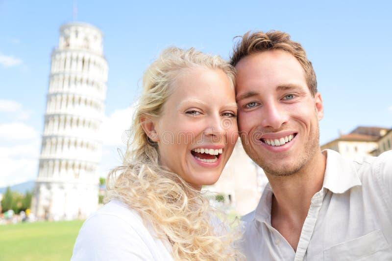 Pares jovenes felices divirtiéndose en viaje a Pisa fotografía de archivo libre de regalías