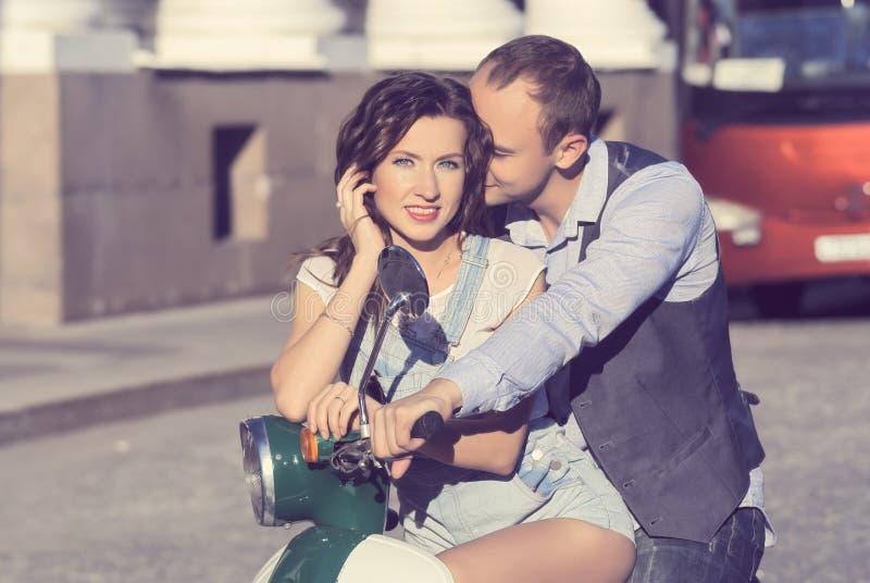 Pares jovenes felices hermosos foto de archivo