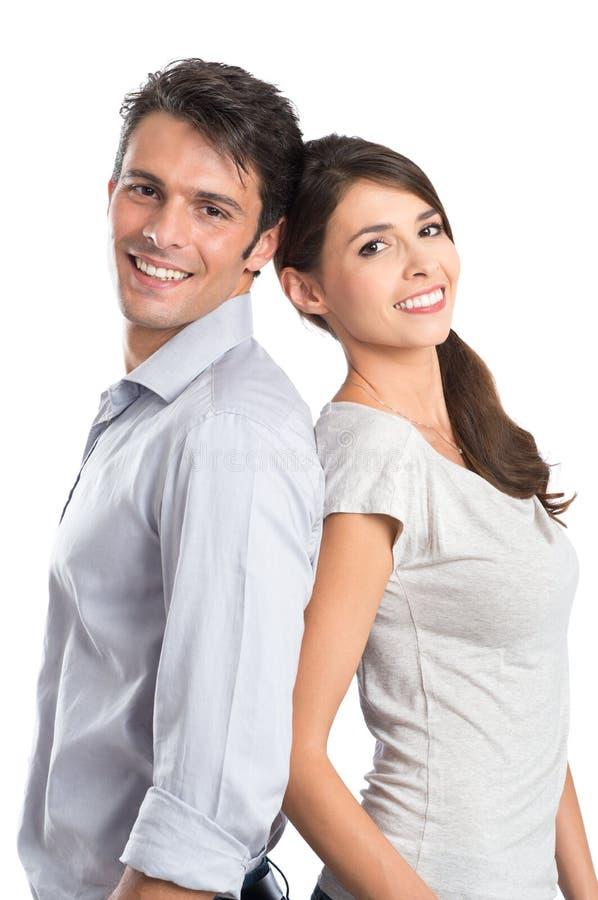Pares jovenes felices hombro con hombro foto de archivo libre de regalías