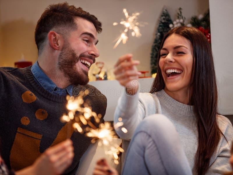 Pares jovenes felices que celebran Año Nuevo imágenes de archivo libres de regalías