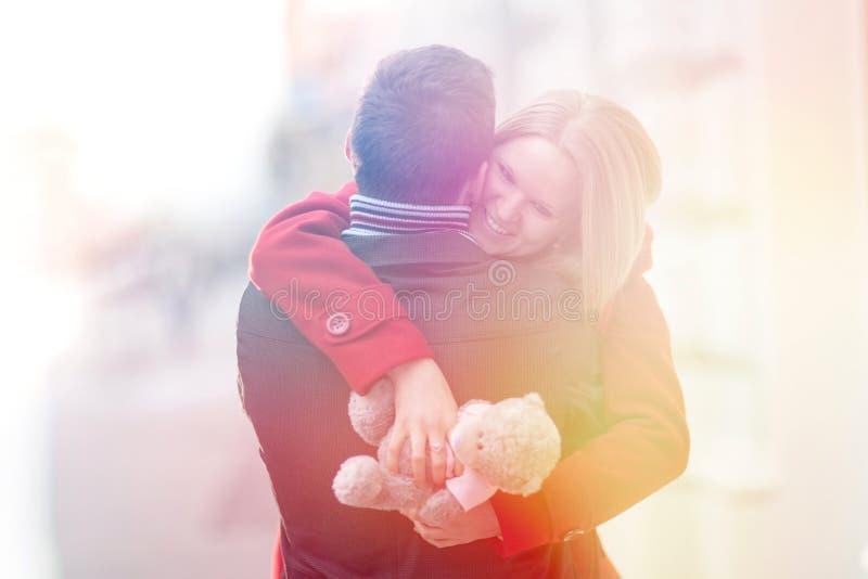 Pares jovenes felices que celebran día de San Valentín Muchacha que abraza el boyf imagen de archivo libre de regalías