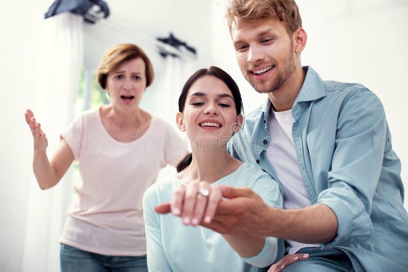 Pares jovenes felices que deciden casarse imagen de archivo libre de regalías