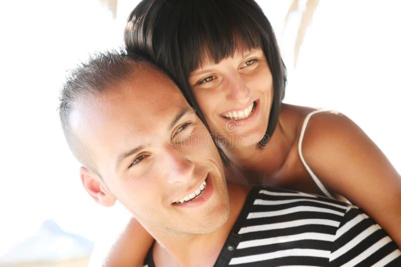 Pares jovenes felices que disfrutan de vacaciones de verano. imagen de archivo