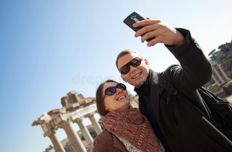 Pares jovenes felices que hacen el selfie foto de archivo