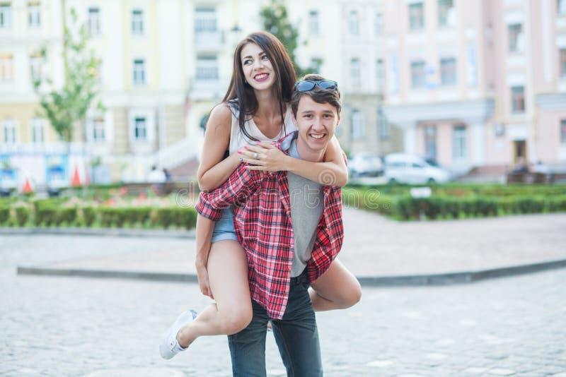Pares jovenes felices que ríen en la ciudad Serie de Love Story imagenes de archivo