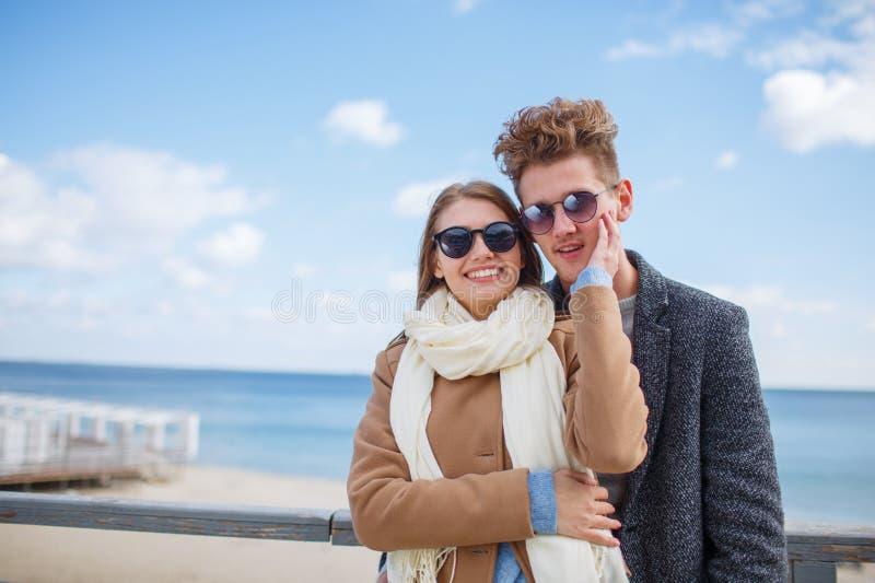 Pares jovenes felices que se divierten y que ríen junto al aire libre fotos de archivo libres de regalías