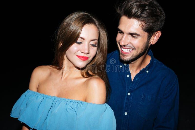 Pares jovenes felices que se unen en la noche foto de archivo libre de regalías