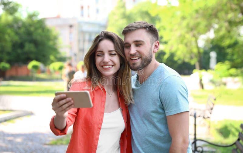 Pares jovenes felices que toman el selfie fotografía de archivo libre de regalías