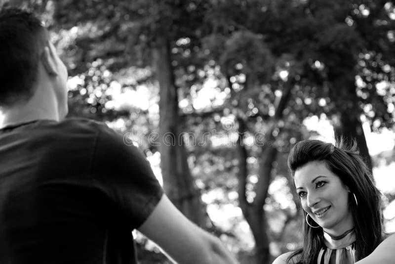 Pares jovenes feliz en amor imagen de archivo libre de regalías