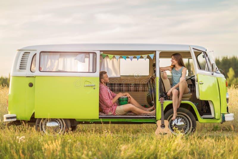 Pares jovenes hacia fuera en un viaje por carretera imagenes de archivo