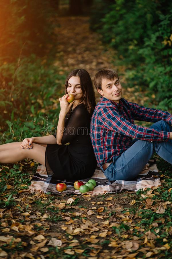 Pares jovenes hermosos en bosque del otoño fotografía de archivo libre de regalías