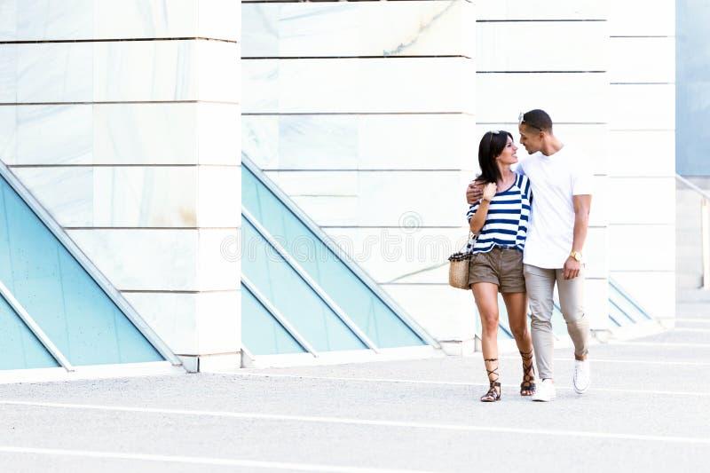 Pares jovenes hermosos que disfrutan de verano en la calle fotografía de archivo