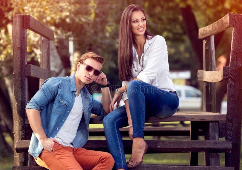 Pares jovenes junto en parque del otoño imagen de archivo libre de regalías