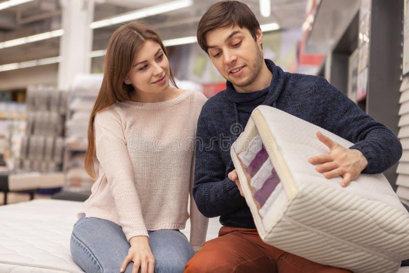 Pares jovenes preciosos que hacen compras en casa tienda del mobiliario fotografía de archivo libre de regalías